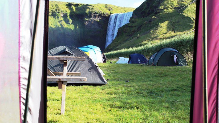 Telt camping i Island ved Skogafoss-vandfaldet